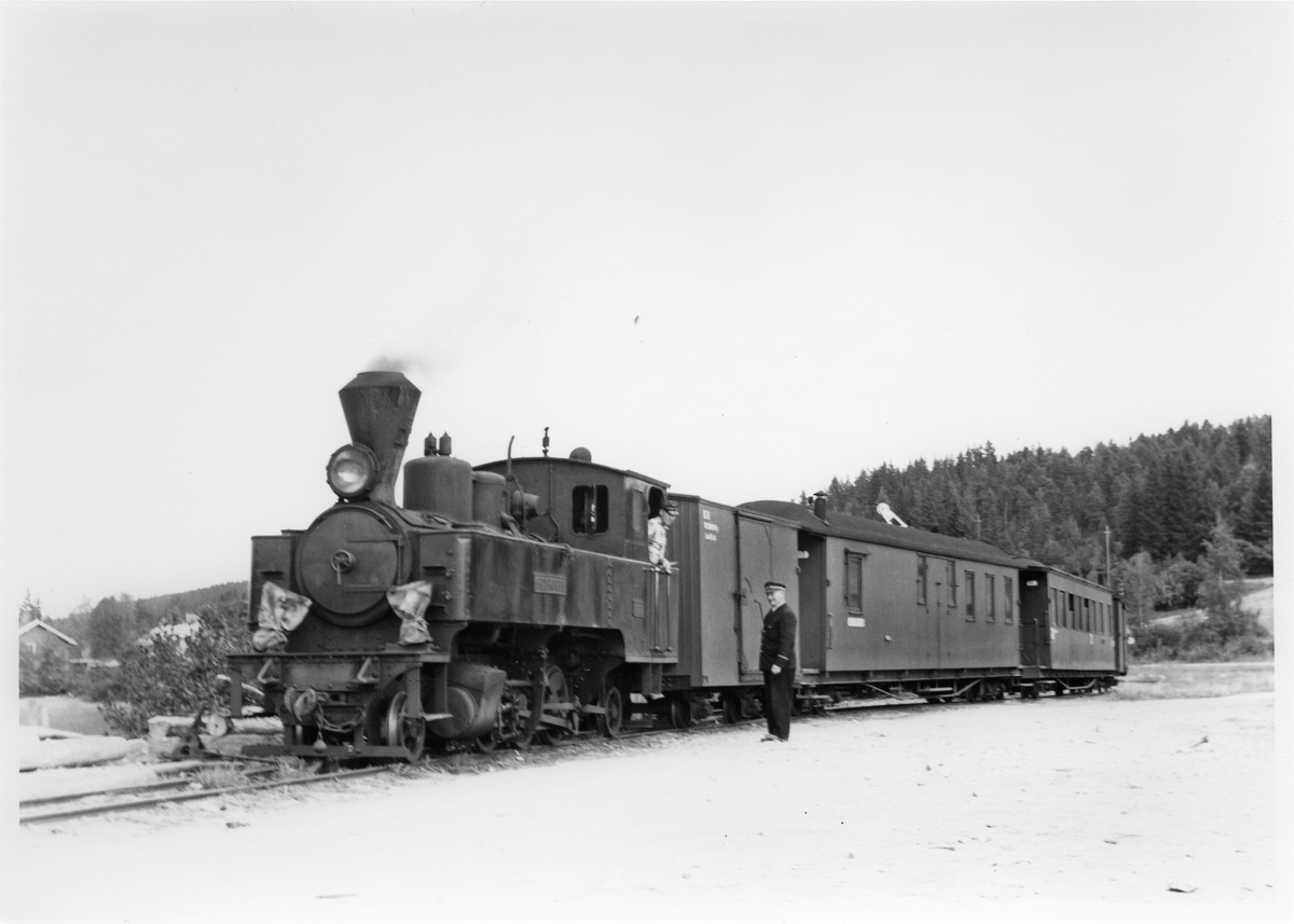 Lok 4 Setskogen med tog fra Sørumsand har ankommet dampskipsbryggen på Skulerud med rundereisepassasjerer.
