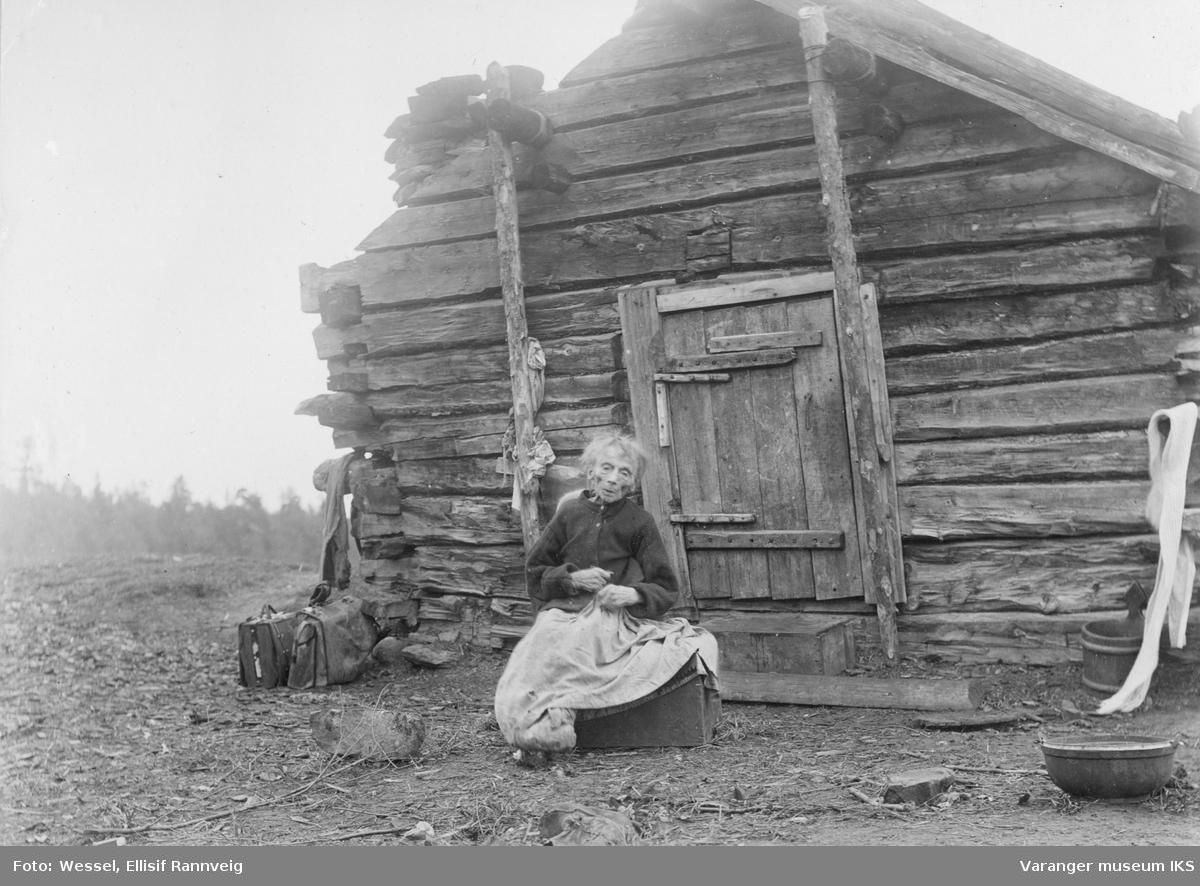 Kvensk kone ved Nautsjokki, Pasvik. Kristine Ärillä er 106 år på bildet og regnes som stammor til omtrent hele den kvenske befolkningen i Pasvik.