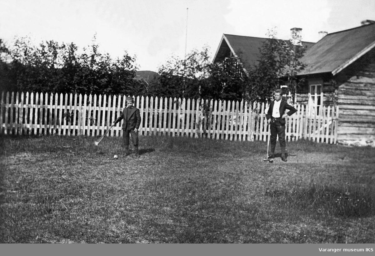 To gutter spiller krocket i hagen til Akkujarg lensmannsgård ved Polmak 1901.
