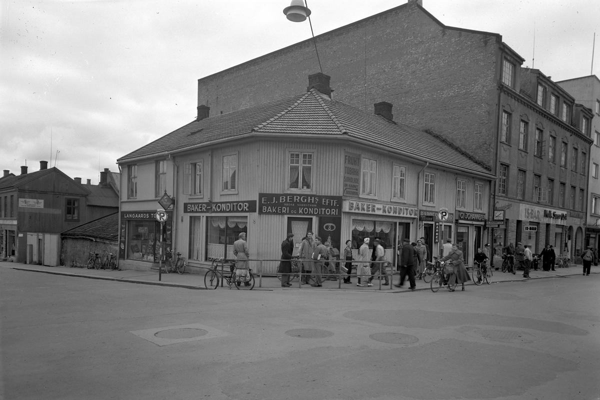 """E. J. BERGHS EFTF H. NORDSTRØM BAKERI OG KONDITORI, VANGSVEIEN, GRØNNEGATE, 1952. E. J. Bergh solgte i 1937 sin forretning til bakermester som overtok fra 1. februar 1937.. Se boka """"Hamars Næringsliv fra 1949"""" s. 32-33."""