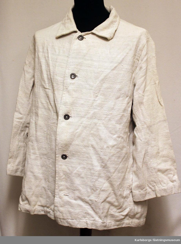 """Dräkten består av en jacka med texten """"TF"""" på ryggen och en mössa. Den har använts vid Carl Tengelins fästningsspel 1969 där Grudemo spelade baronen."""