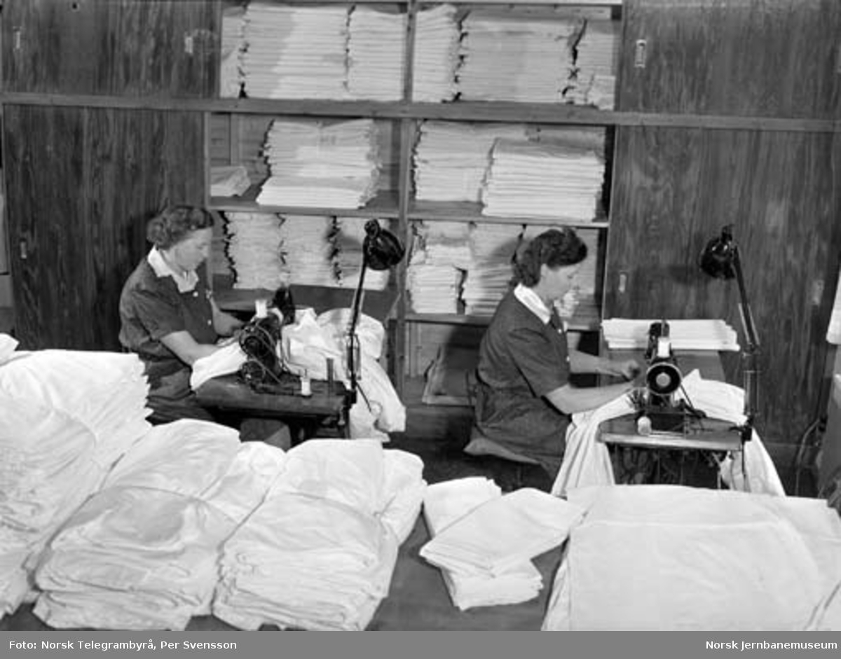 NSBs sovevognavdeling : vaskeri, systue, depot, tøybehandling - til høyre Valborg Eriksen i arbeid ved symaskinen