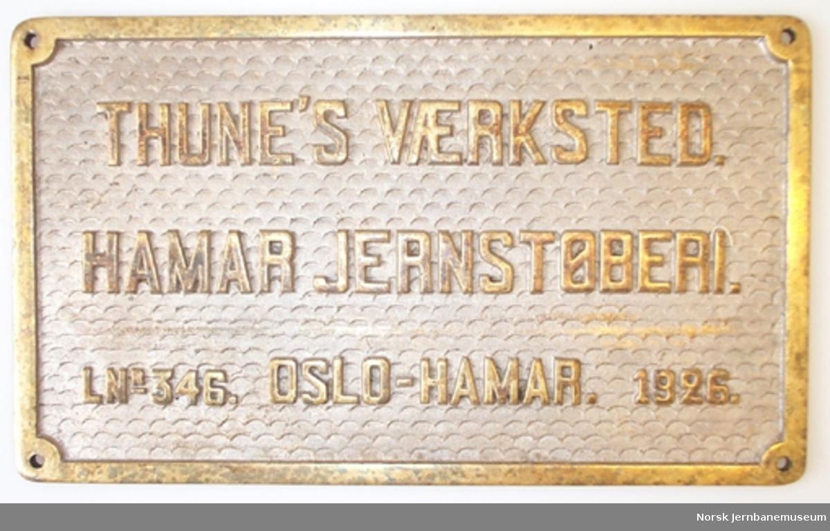 Fabrikkskilt fra lokomotiver produsert av Hamar Jernstøberi & Mek. Verksted og Thune's mek. Værksted