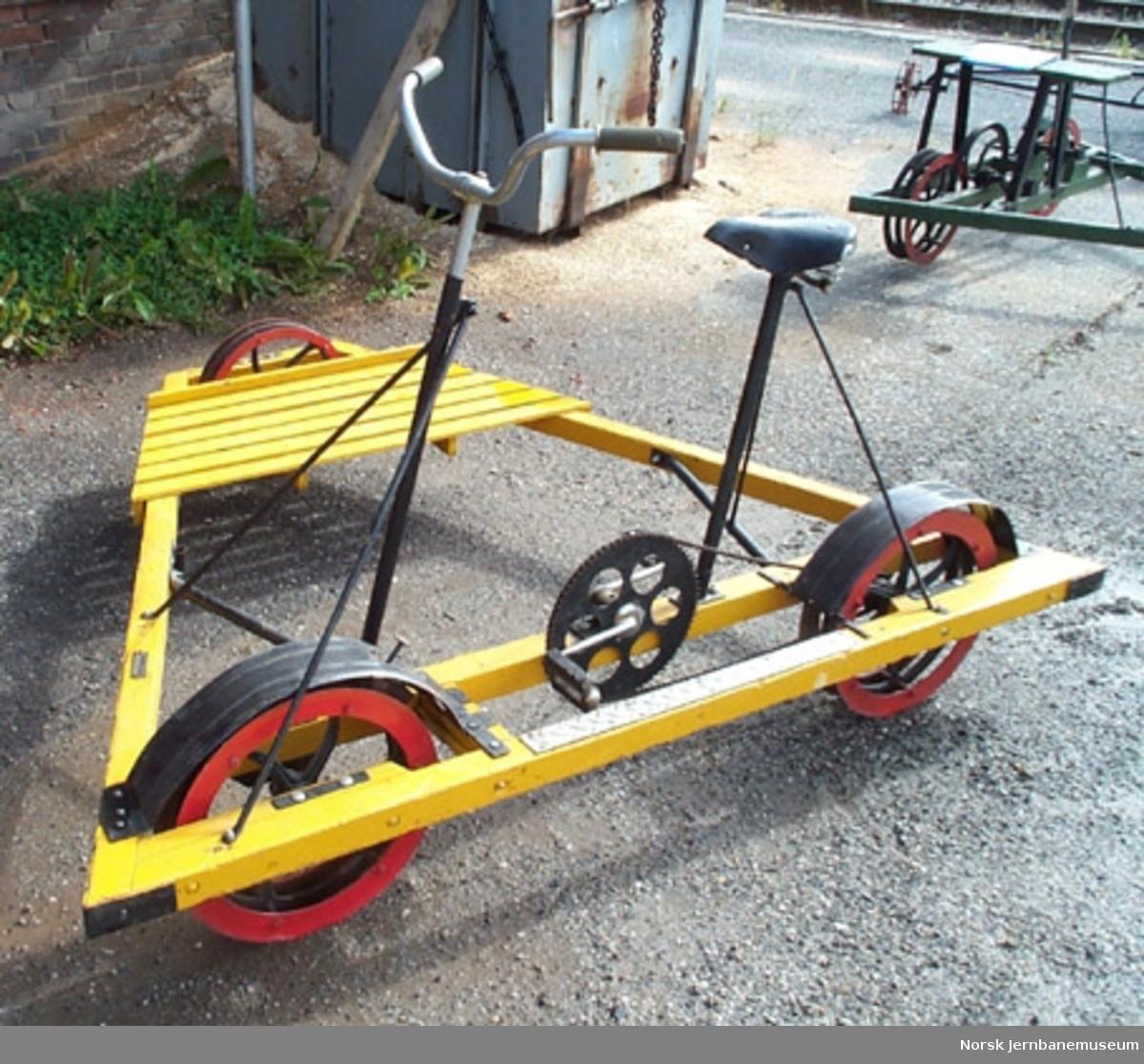 Inspeksjonstralle for normalspor : sykkeldresin med treramme og lamellhjul, NSB nr. 30-33-0559