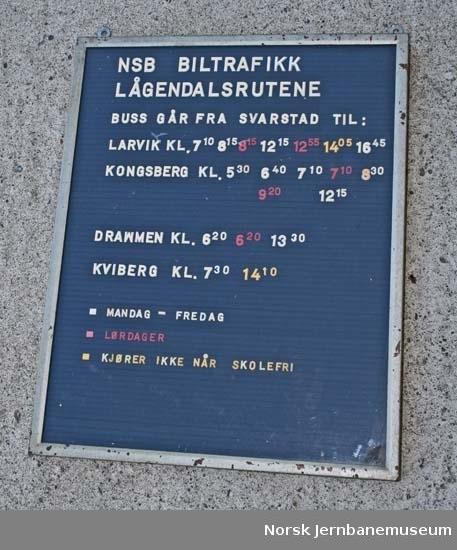 Oppslagstavle med rutetider for buss fra NSB Biltrafikk Lågendalsrutene