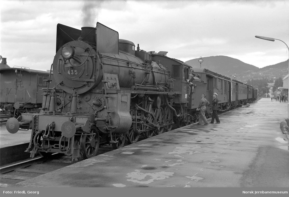 Damplokomotiv type 26c 435 med persontog på Lillehammer stasjon