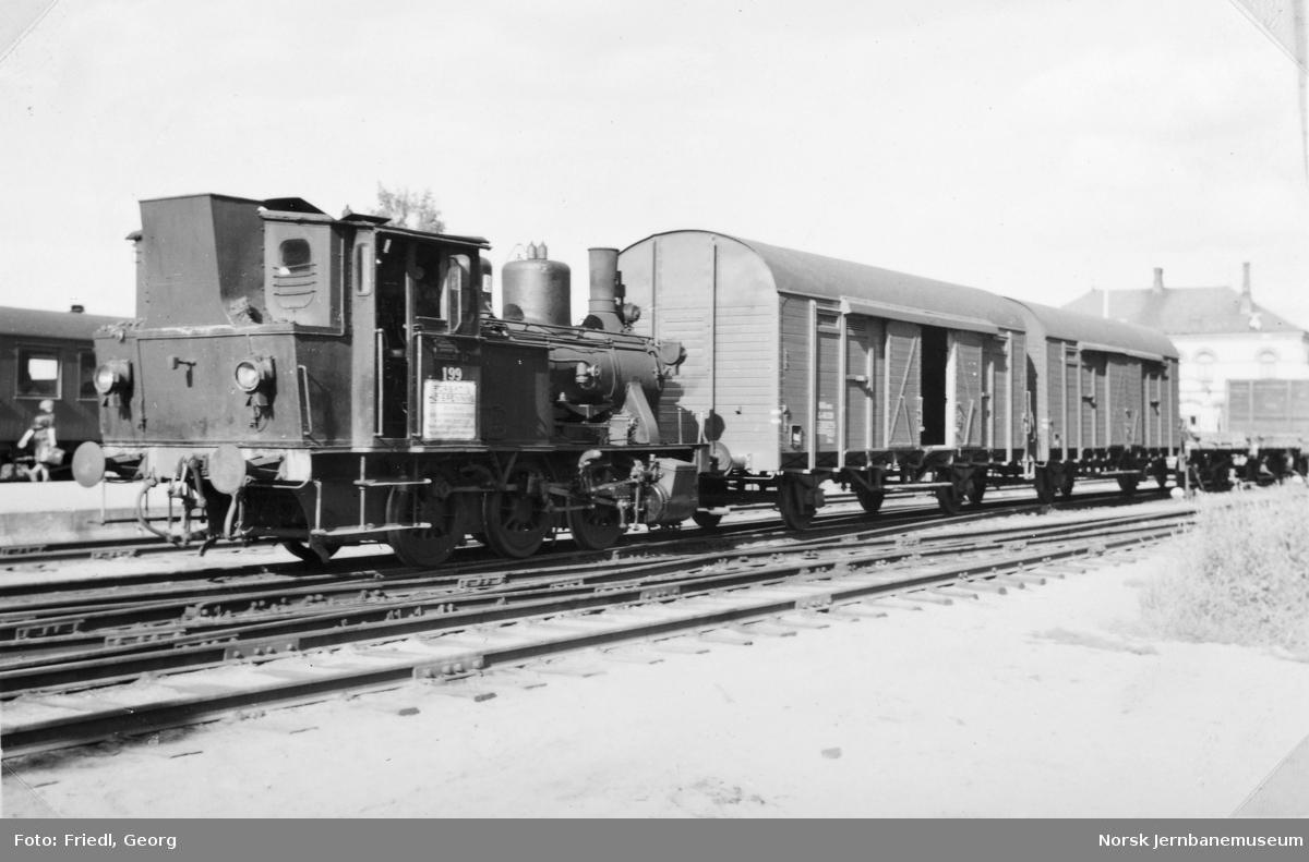 Damplokomotiv type 25a nr. 199 skifter på Hønefoss stasjon