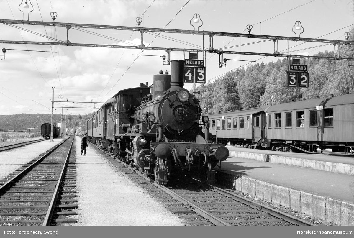 NSB damplok type 18c nr. 158 foran persontog på Nelaug stasjon