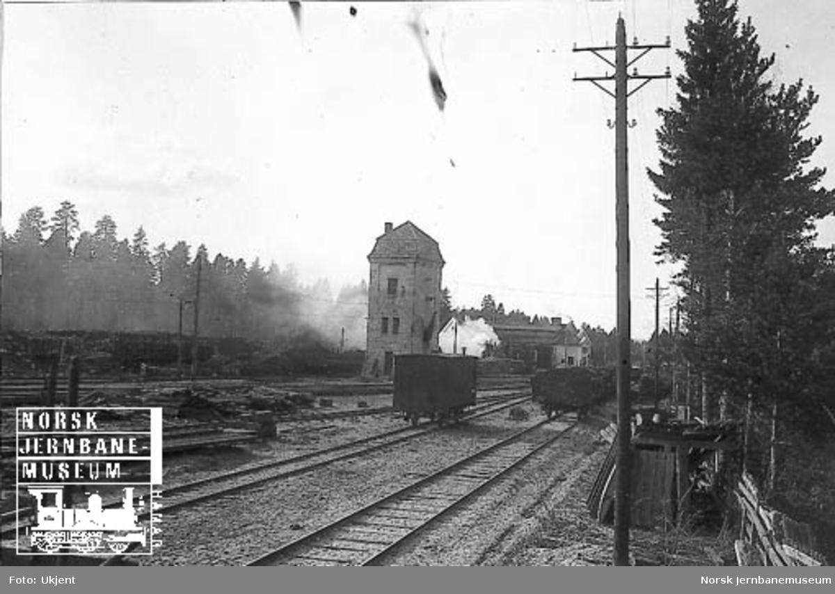 Nordenden av Elverum stasjon med normal- og smalspor, vanntårn og lokomotivstall