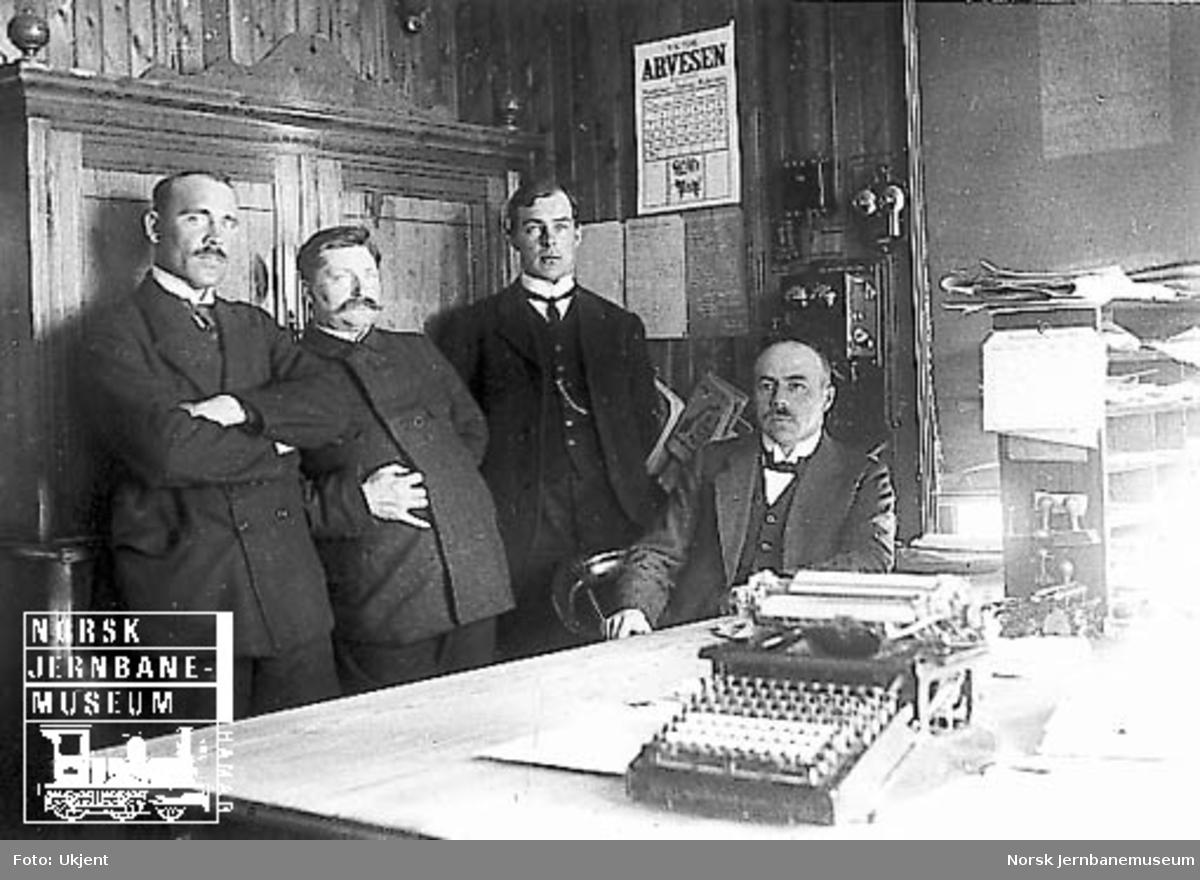Fire av de ansatte ved Dovrebanens anleggskontor på Støren
