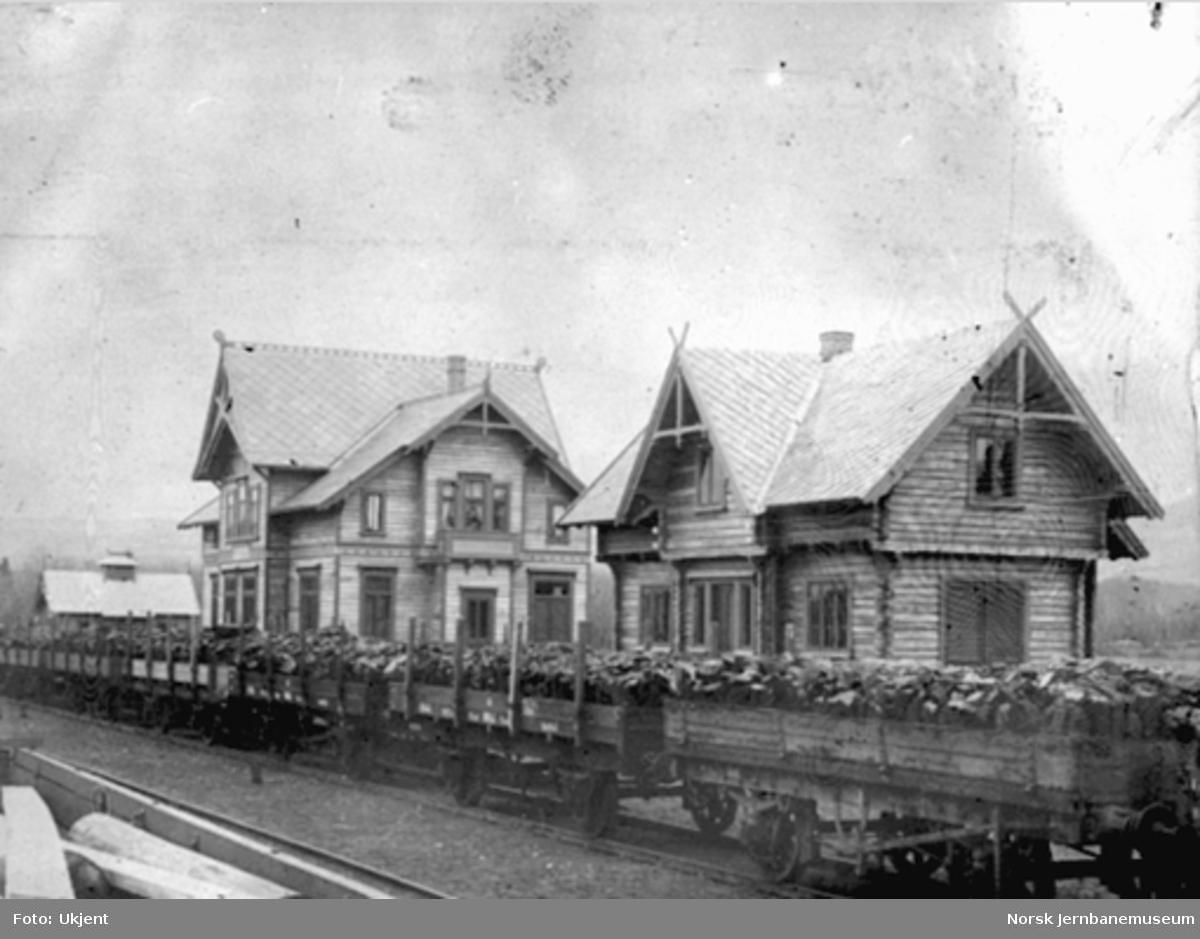Tog med stein på Brumunddal stasjon under baneanlegget