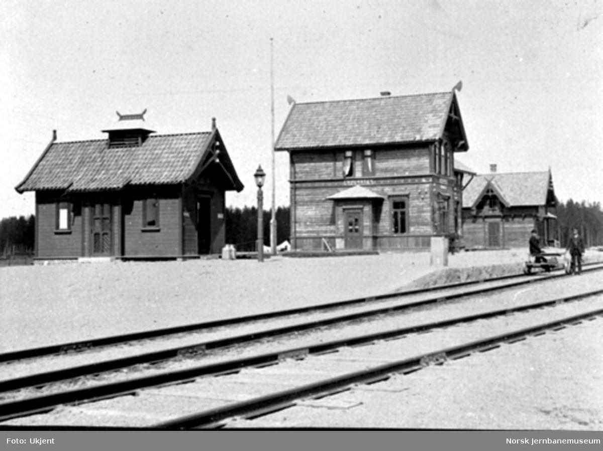 Namnå stasjon med privet, stasjonsbygning og uthus