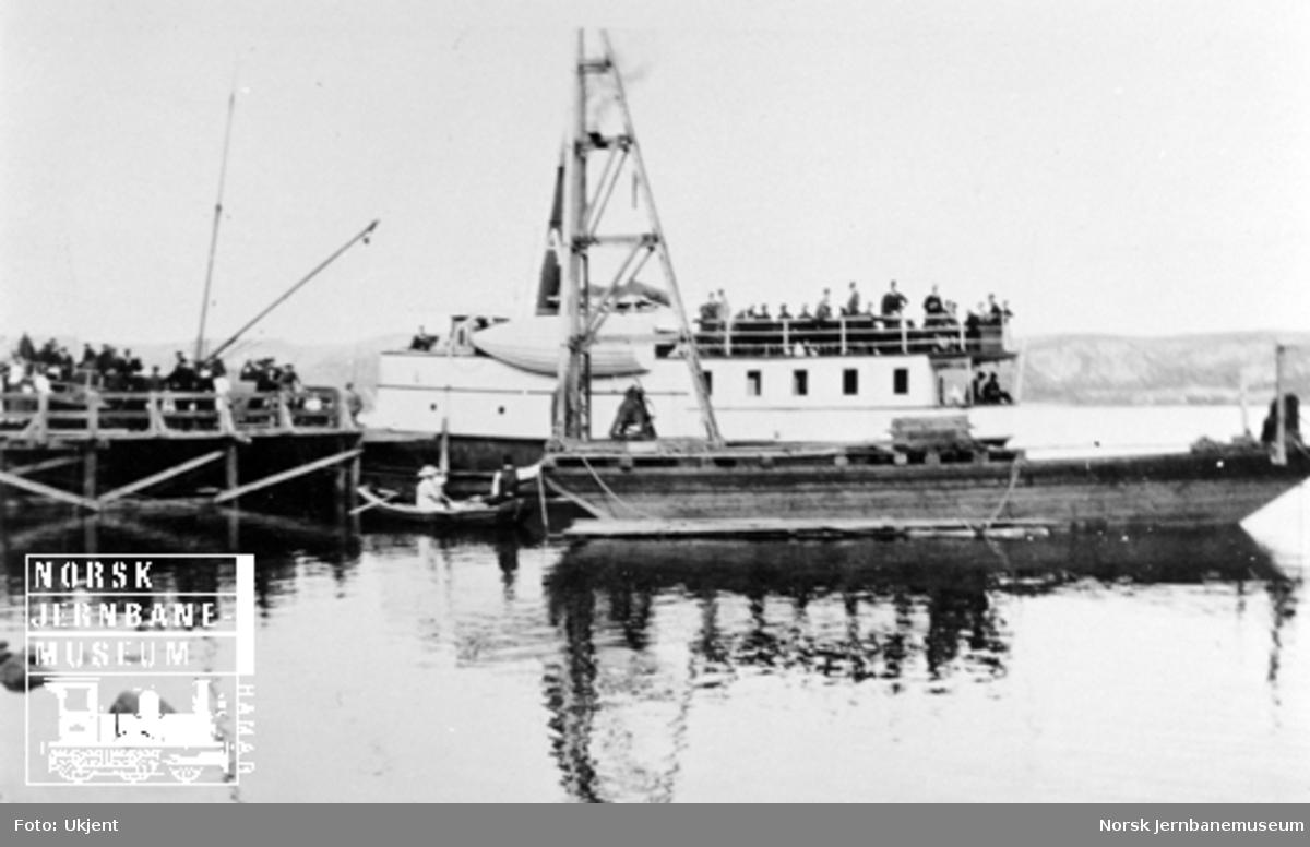 Smørstein-raset; dampbåter ved provisorisk brygge på Smørstein