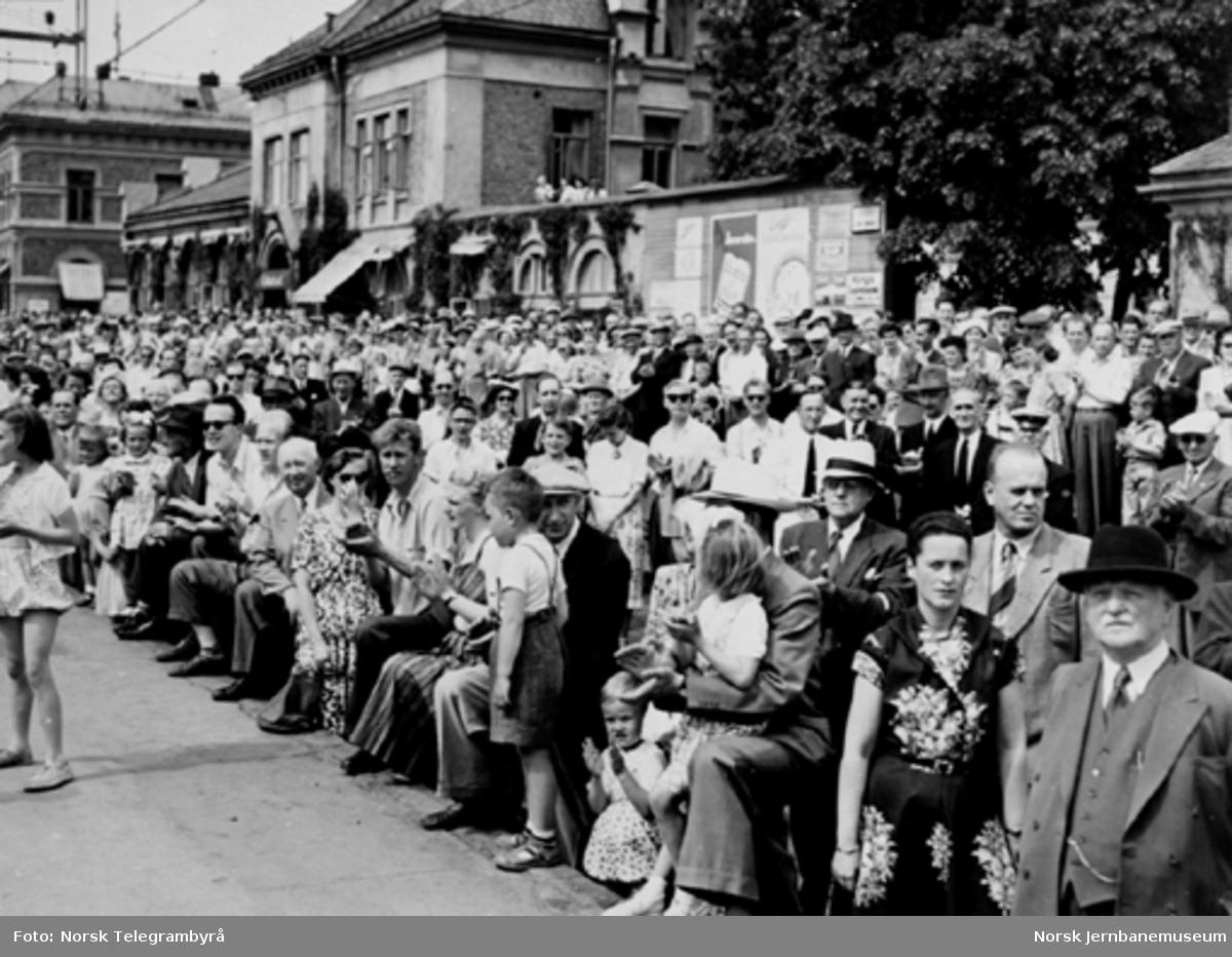 En stor folkemengde venter på åpningstoget for elektrisk drift Lillestrøm - Hamar på Hamar stasjon
