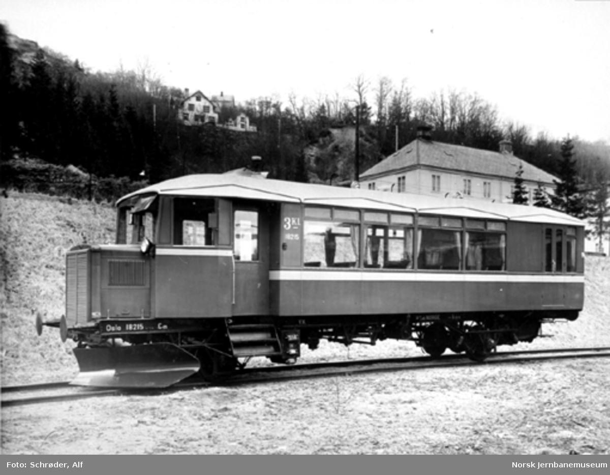Bensinmotorvogn litra Cm type 13 nr. 18215 til Oslo distrikt utenfor verkstedet i Trondheim