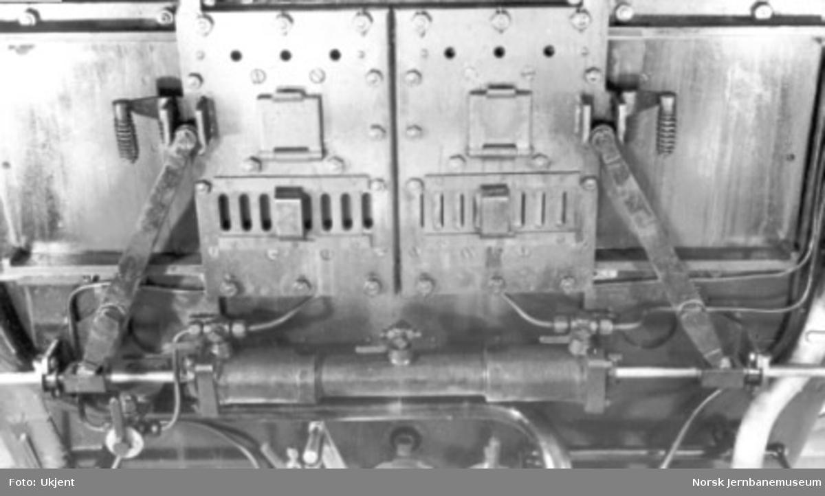 "Damplokomotiv type 49a ""Dovregubben"" under bygging; fyrdør med pneumatikk, lukket"