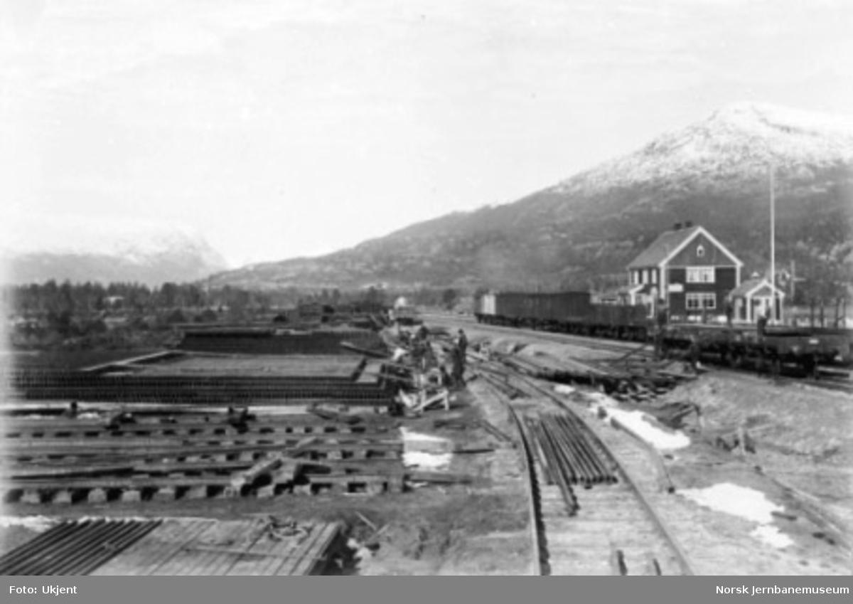 Bjorli stasjon under Raumabanens anlegg med skinnelager på stasjonsområdet