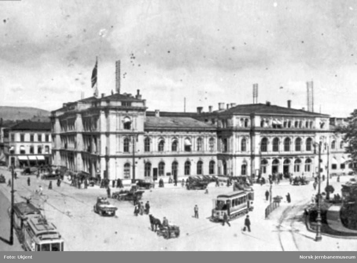 Østbanen med sporvogner, hester, biler og mennesker i gatene foran bygningen
