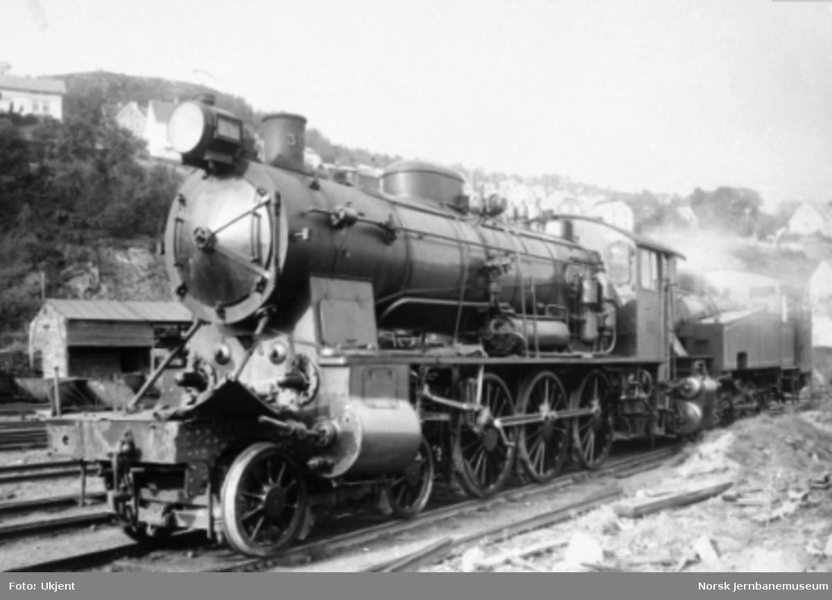 Skadet damplokomotiv type 30b nr. 365 etter Nidareidulykken skjøvet av et damplokomotiv av type 35a