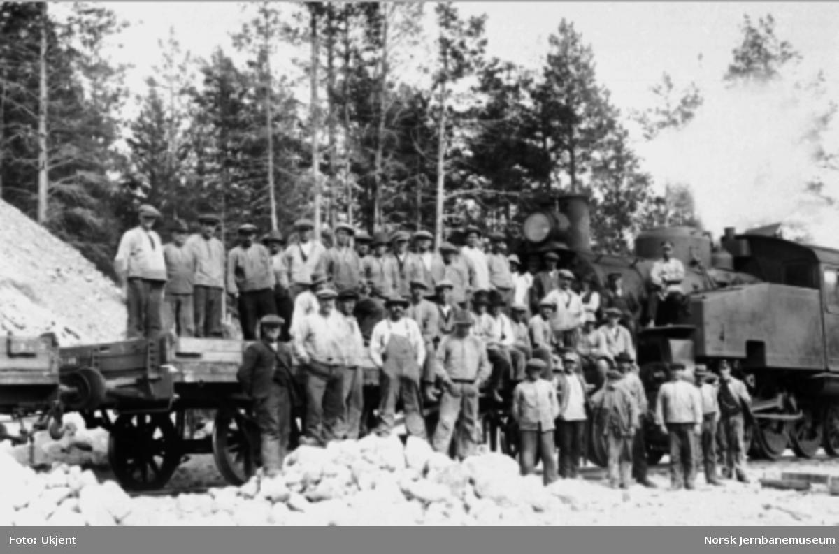 Anleggstog på Raumabaneanlegget med damplokomotiv type 34a nr. 345 og anleggsarbeidere