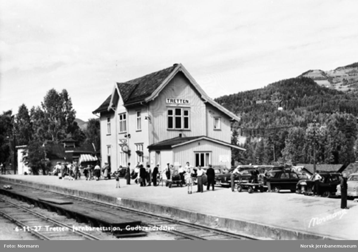 Tretten stasjon med reisende på plattformen