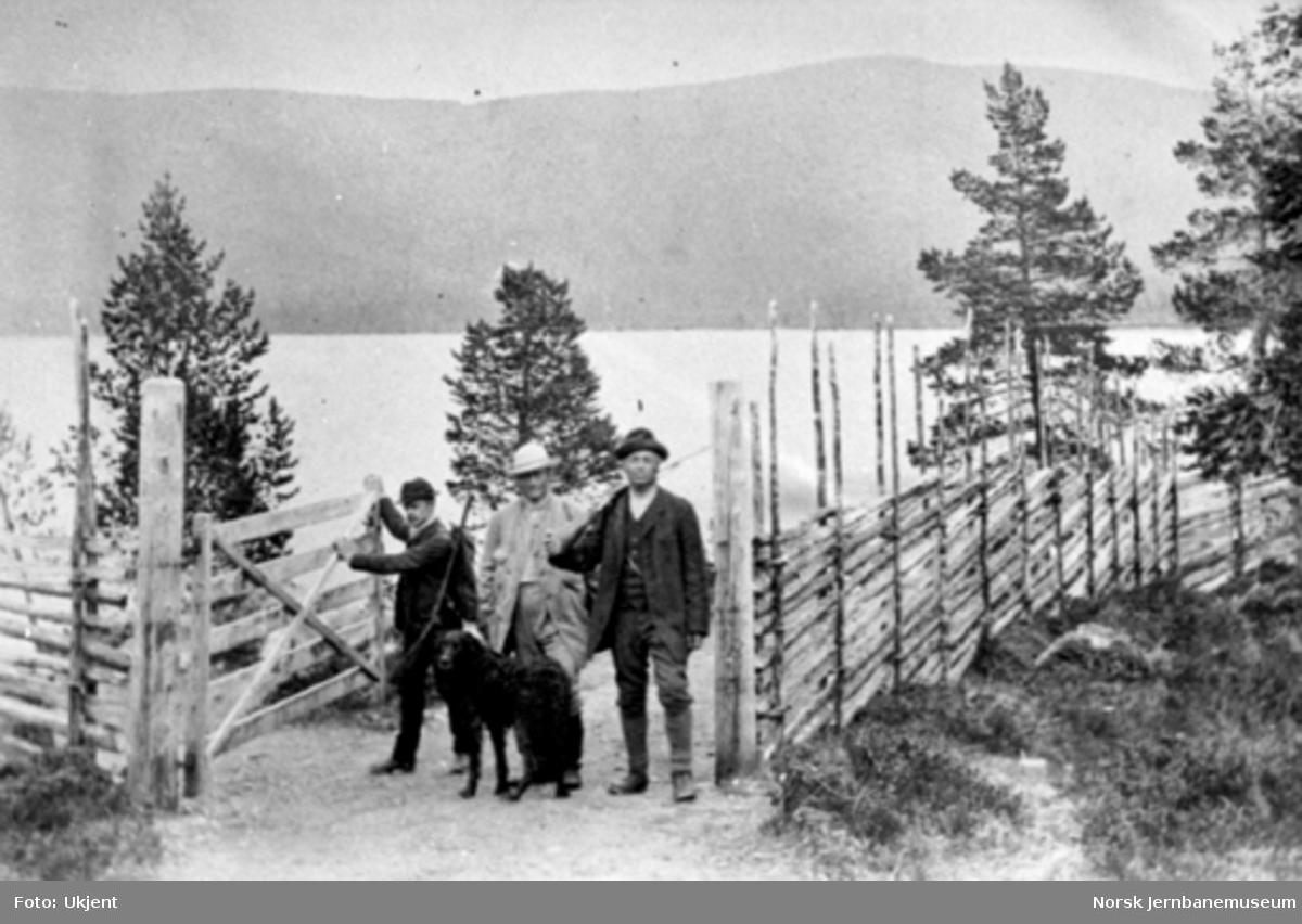 Carl Abraham Pihl med to venner, hund og jaktutstyr