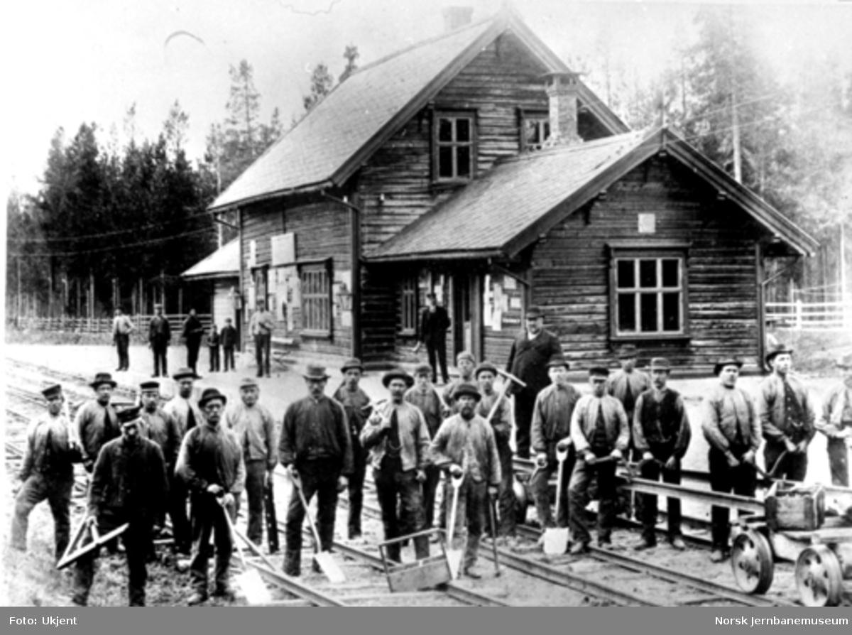 Telneset stasjon med en gjeng banearbeidere oppstilt i forbindelse med skinnelegging