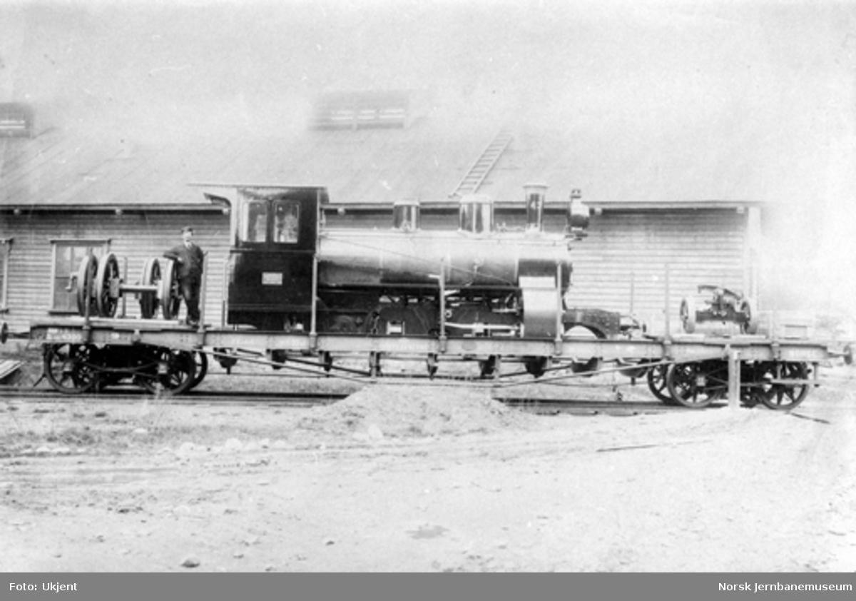 Smalsporet damplokomotiv type XXIIIa nr. 43 som nytt opplastet på boggivogn Qsp nr. 4380 for transport til Vestbanenettet