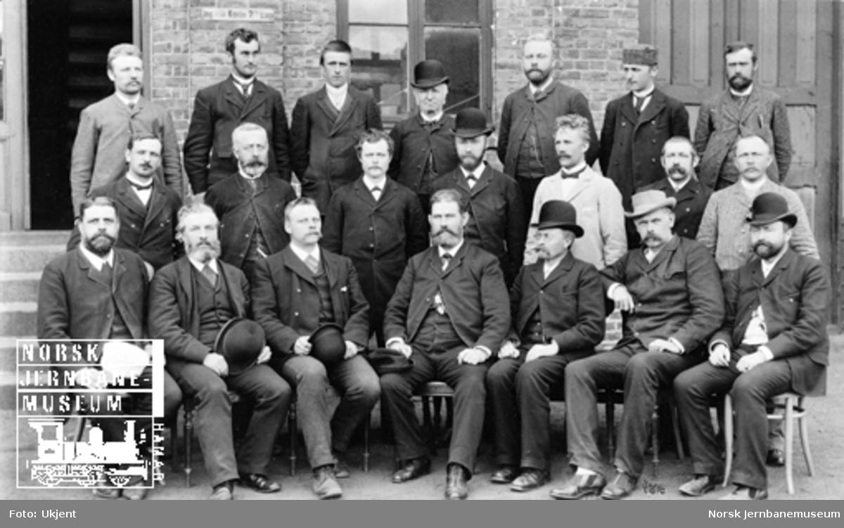 Gruppebilde av 21 menn, administrasjonspersonale i 2. distrikt, Drammen, 1895