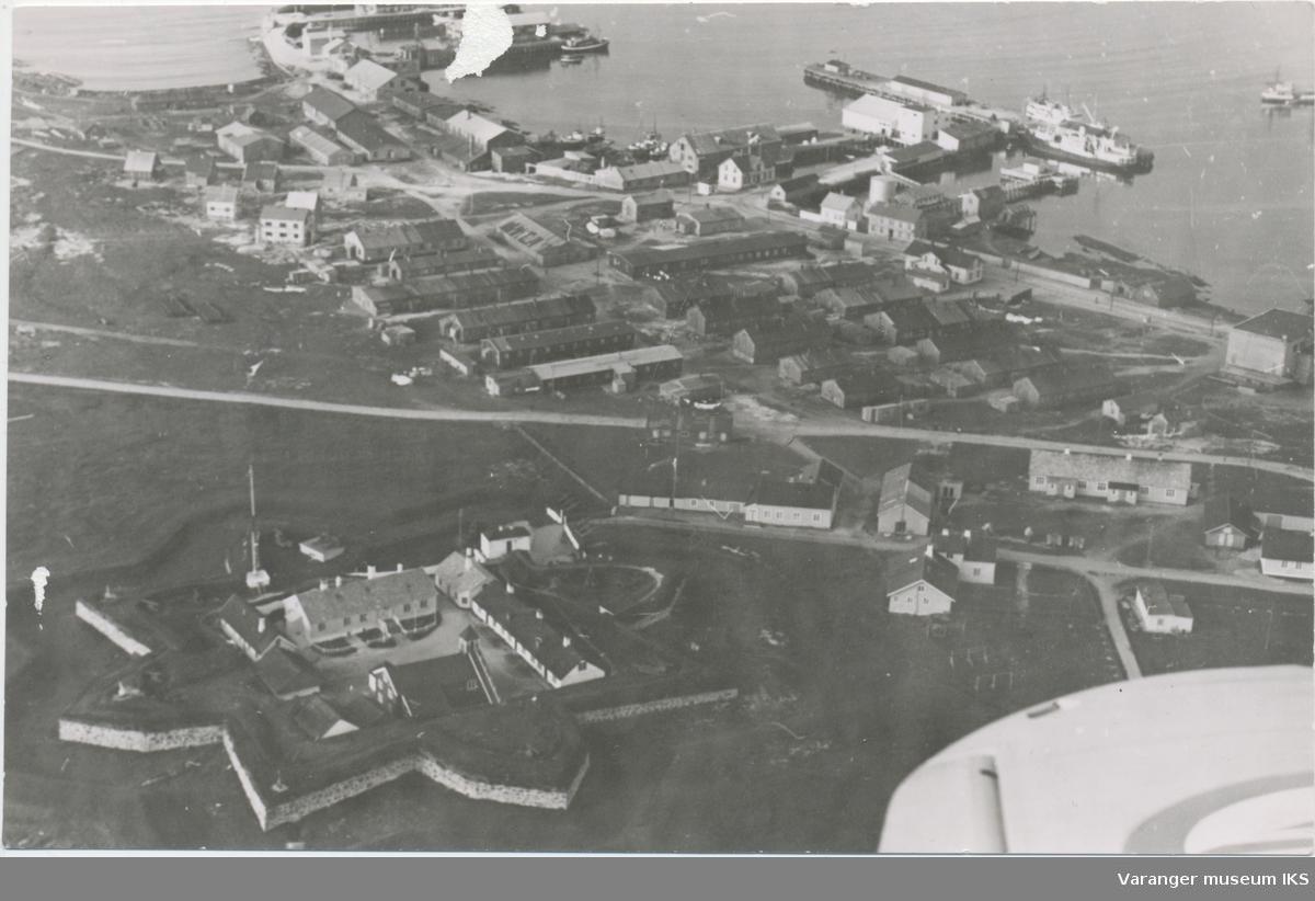 """Flyfoto, Vardøhus Festning og brakkebyen """"Belsen"""""""