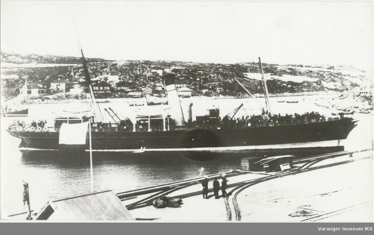 En av rutebåtene mellom Vardø og Arkhangelsk møter tolloppsynet i Alexandrovsk
