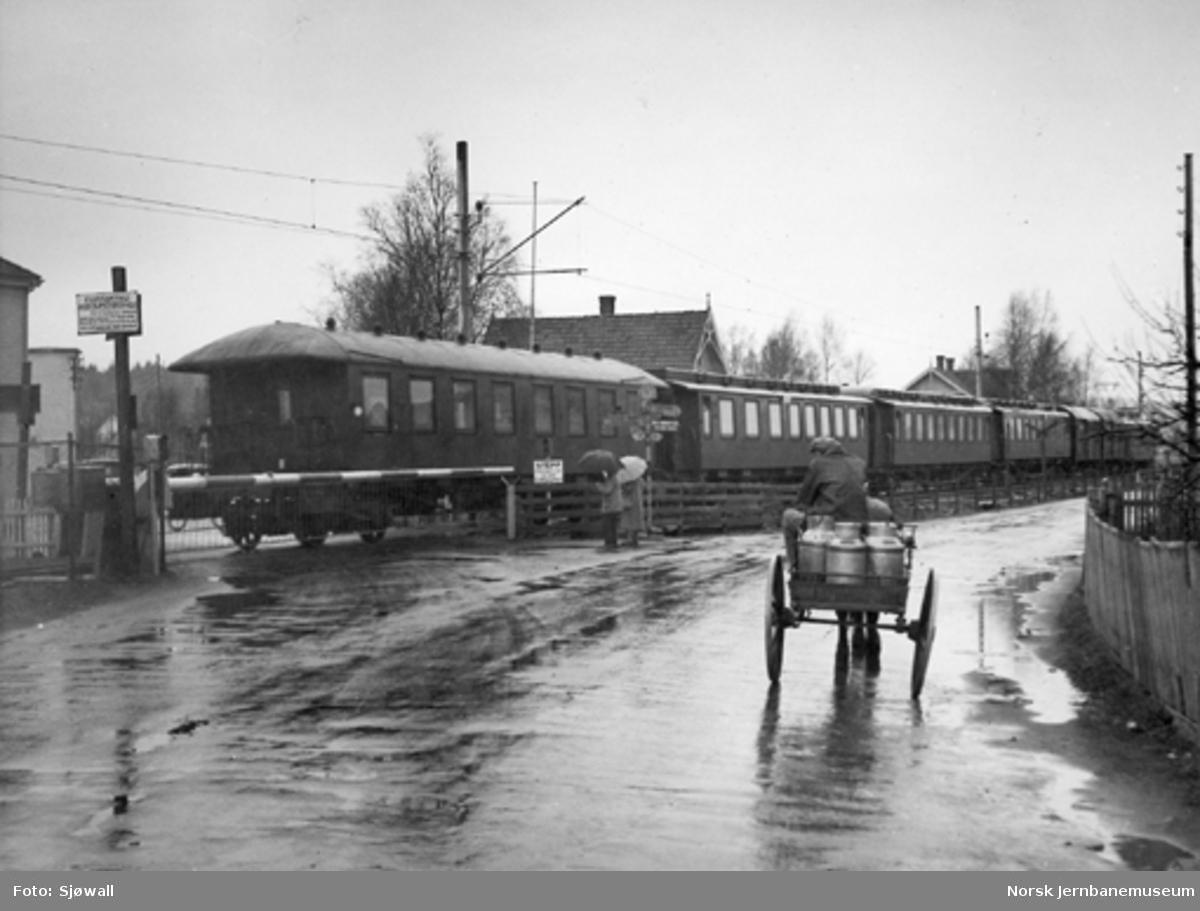 Persontog passerer planovergangen ved Skjeberg stasjon