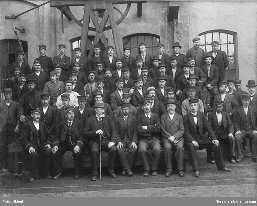 Personalet utenfor jernbaneverkstedet på Brattøra i Trondheim