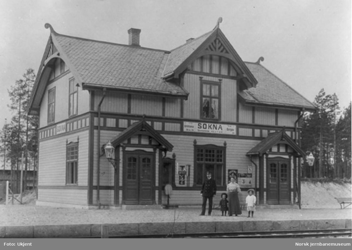 Sokna stasjon : stasjonsmesteren med frue og to barn på plattformen