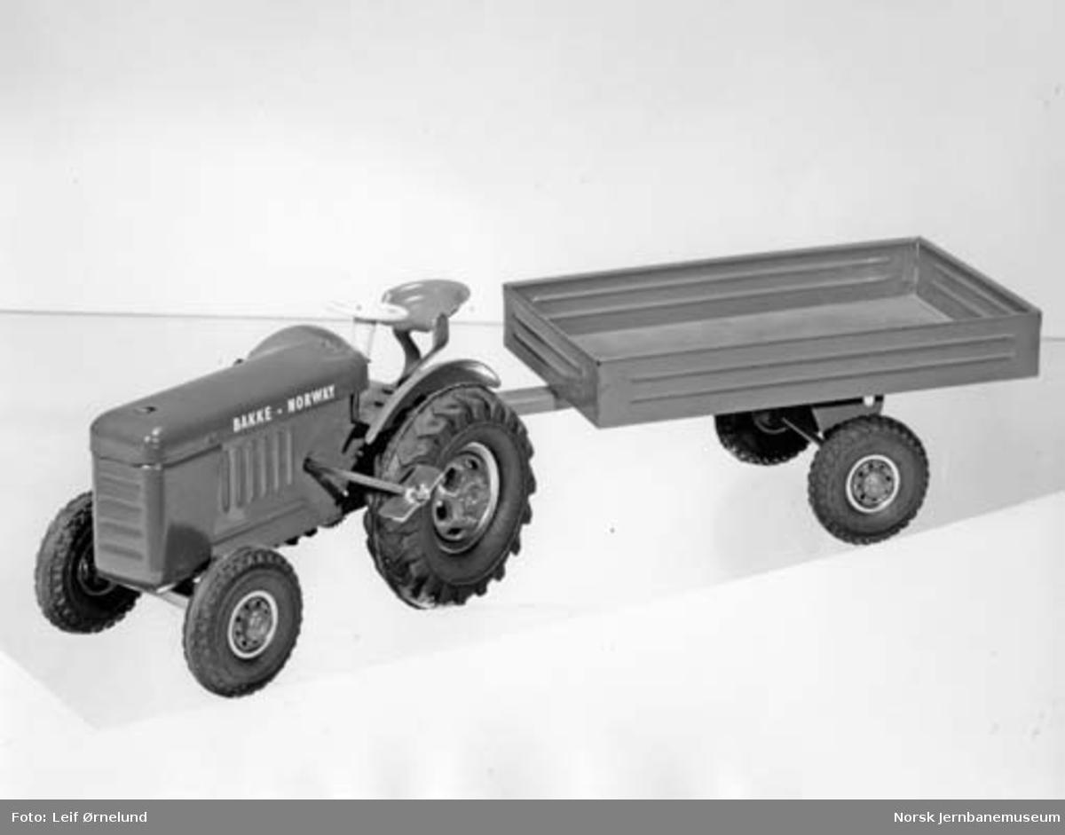 Leke : modell av traktor med tilhenger