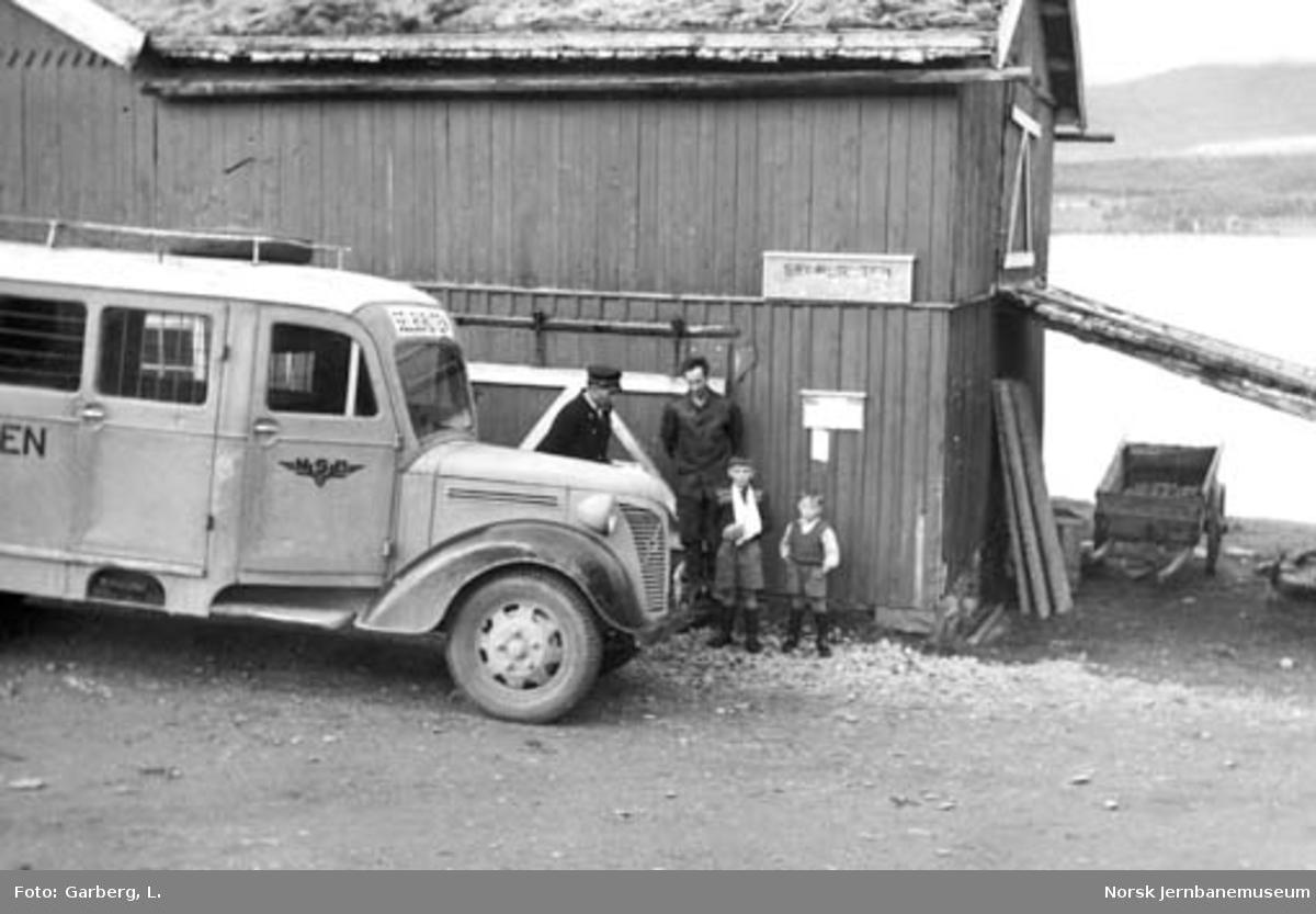 Selburutens godsbuss U-4564 til Stugudal ved rutens endepunkt, Stugudal gård