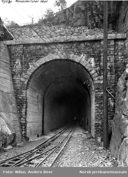 Kvineshei tunnel : vestre innslag med anleggstog
