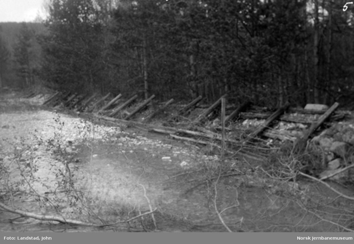 Gammel forbygning utført av jernbanen ved Auma elv