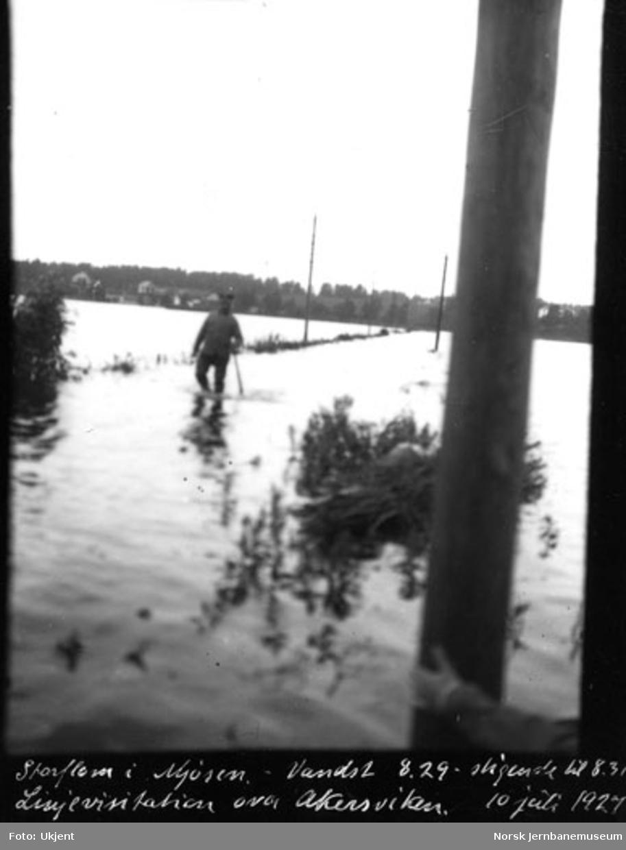 Linjevisitasjon i Åkersvika under storflom i Mjøsa med vannstand 8,29 meter