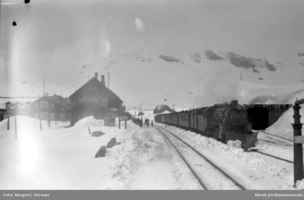 Damplokomotiv med persontog på Finse stasjon