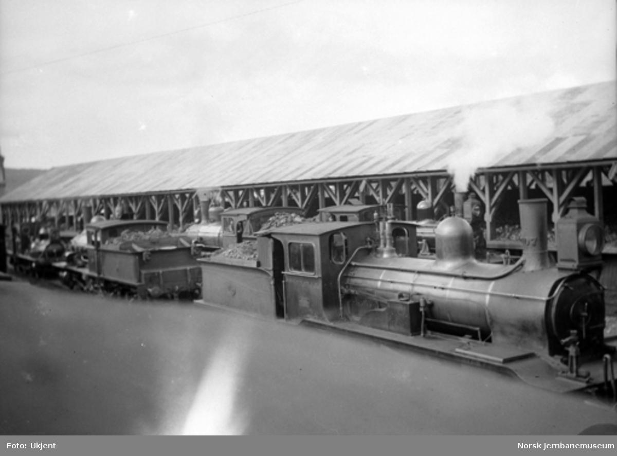Damplokomotiver med kullskuret på Kongsvinger i bakgrunnen