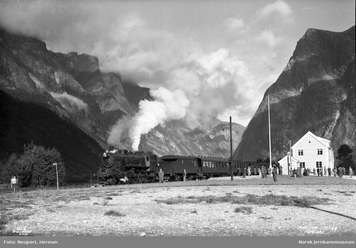 Turisttog på Marstein stasjon, trukket av damplokomotiv type 26c nr. 437