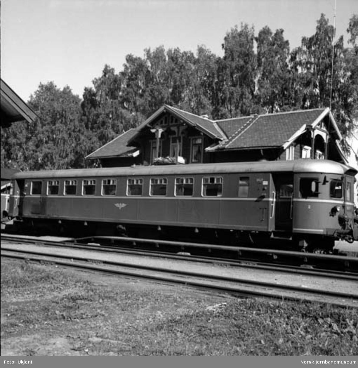 Dieselmotorvogn litra Bmdo nr. 86.17 på Skreia stasjon