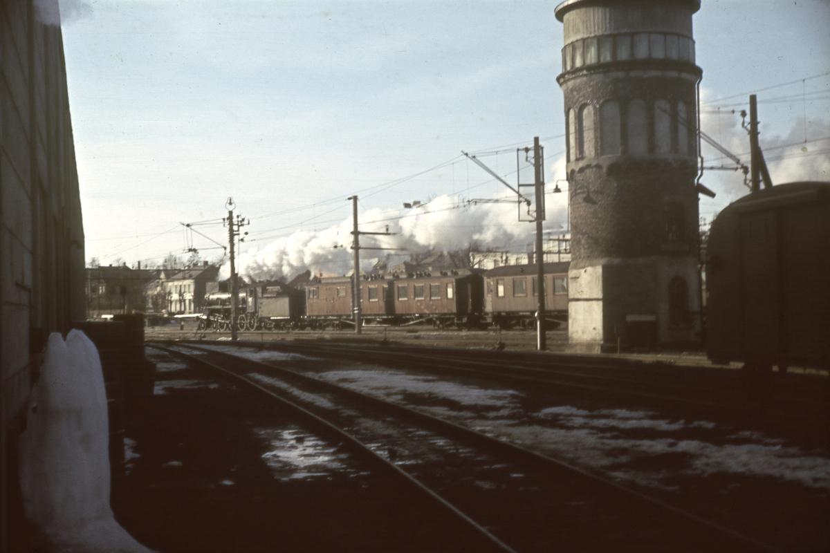 Tog fra Rørosbanen ankommer Hamar stasjon
