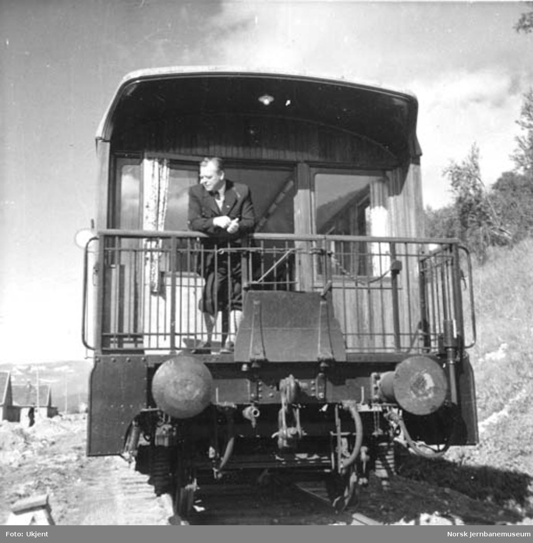 Generaldirektør Halvdan Stokke på plattformen på salongvogn nr. 100