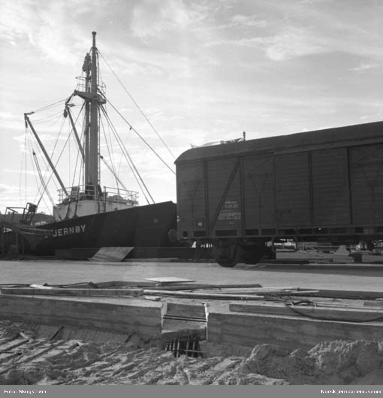 Ny jernbanekai i Bodø : M/S Stjernøy fra ODS var første rutefartøy som ble lastet