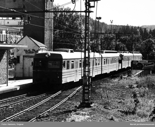Dobbelt motorvognsett type 69 forlater Sandvika stasjon mot Asker