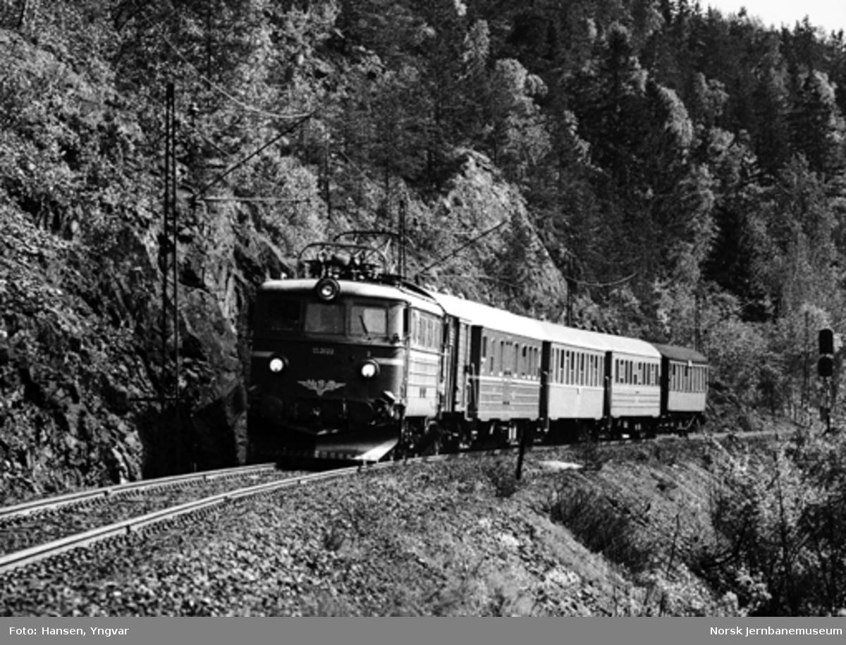 Elektrisk lokomotiv El 13 2122 med tog Oslo-Hønefoss ved Lieråsen