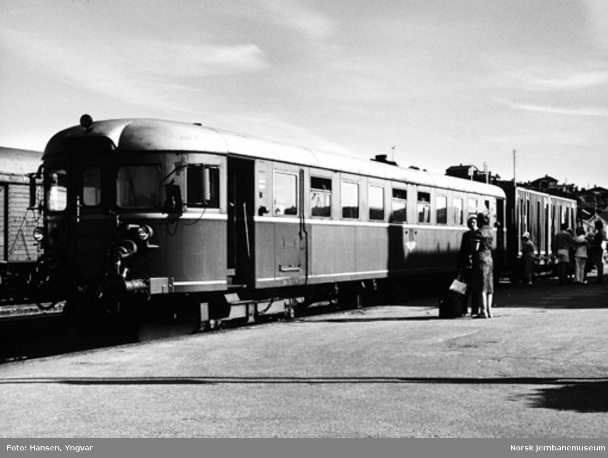 Motorvogn BM 86F 19 med en containervogn på Kragerø stasjon