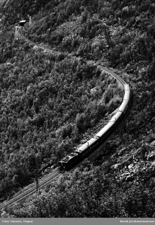 """Ekspresstoget """"Nordpilen"""" trukket av elektrisk lokomotiv type Da på vei nedover Norddalen"""